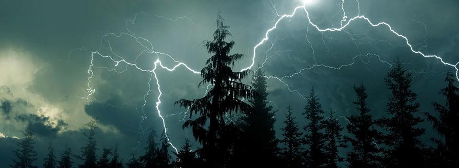 Čo (ne)robiť, keď vás zastihne búrka v prírode?